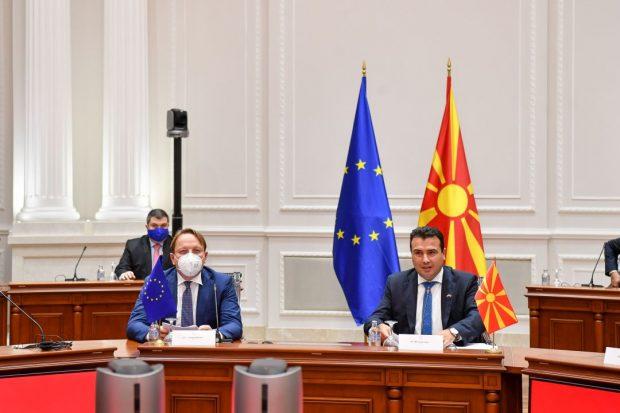 Еврокомесарот Вархеји во посета на Северна Македонија